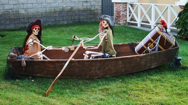Agreable Squelette Halloween Déguisé En Pirate Dans Un Bateau   Idée Créative Et  Originale De Déco De Jardin Pour Halloween