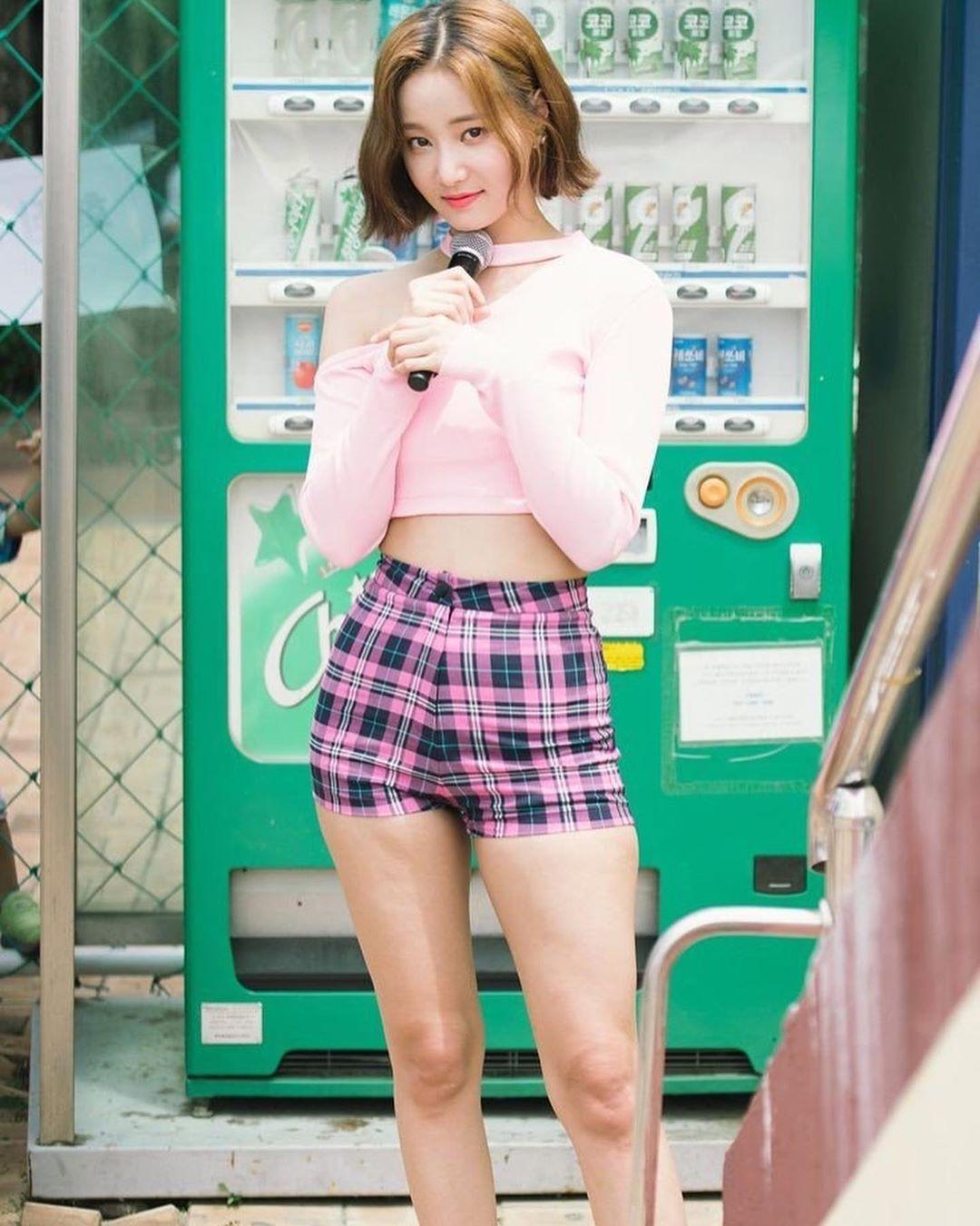 Which One Of This Idols Have The Body Goals Yeonwoo Hwasa Jihyo Momo