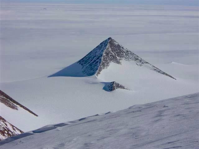 """¿La Antártida está vacía? Busca en Google Earth estas coordenadas: 79°58'39.25"""" s 81°57'32.21"""""""