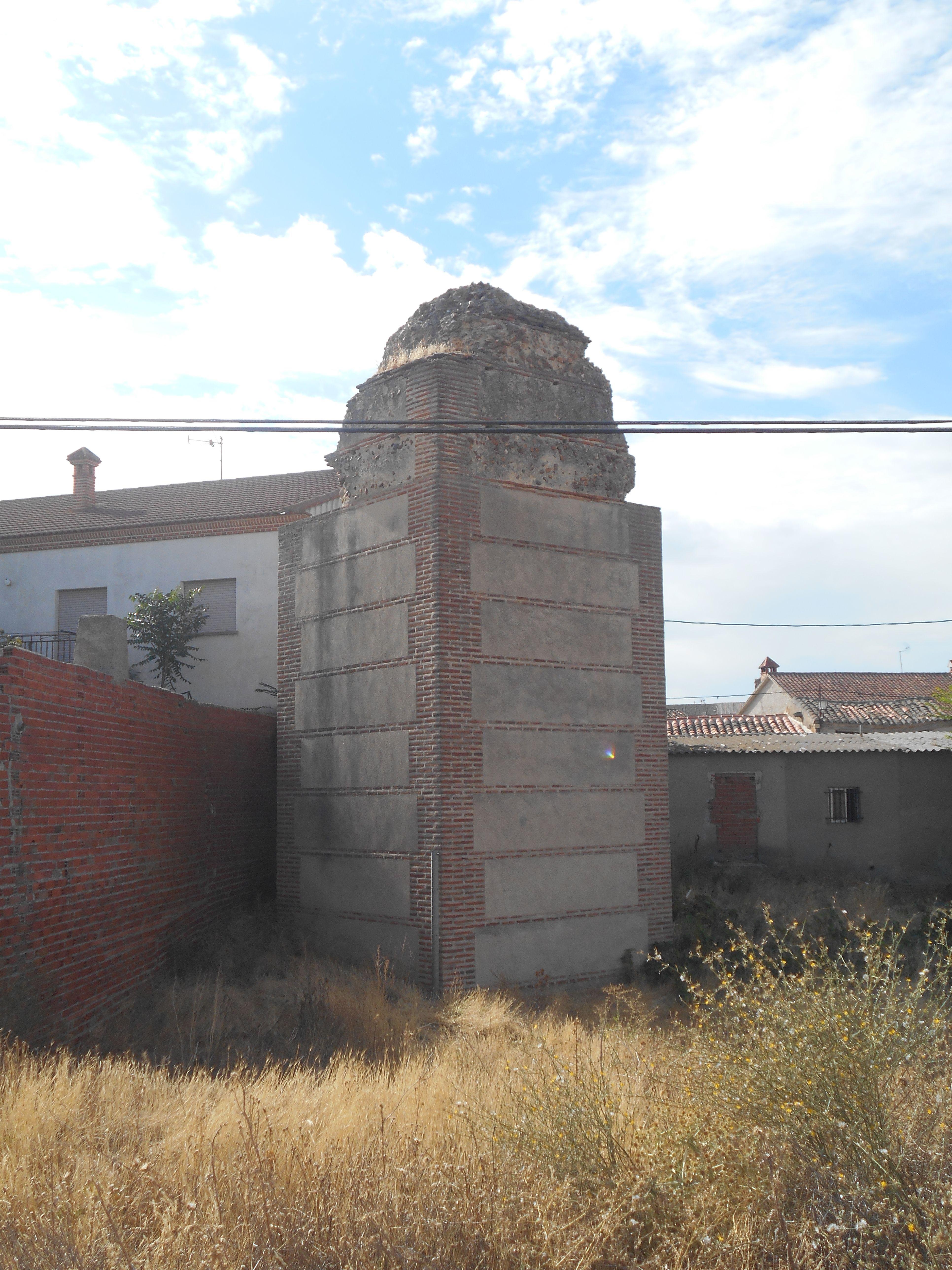 Vista frontal de torre en ruinas entre las Puertas de Medina y Cantalapiedra
