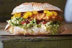 Chicken-Burger mit Mangosalsa und Guacamole Rezept | LECKER