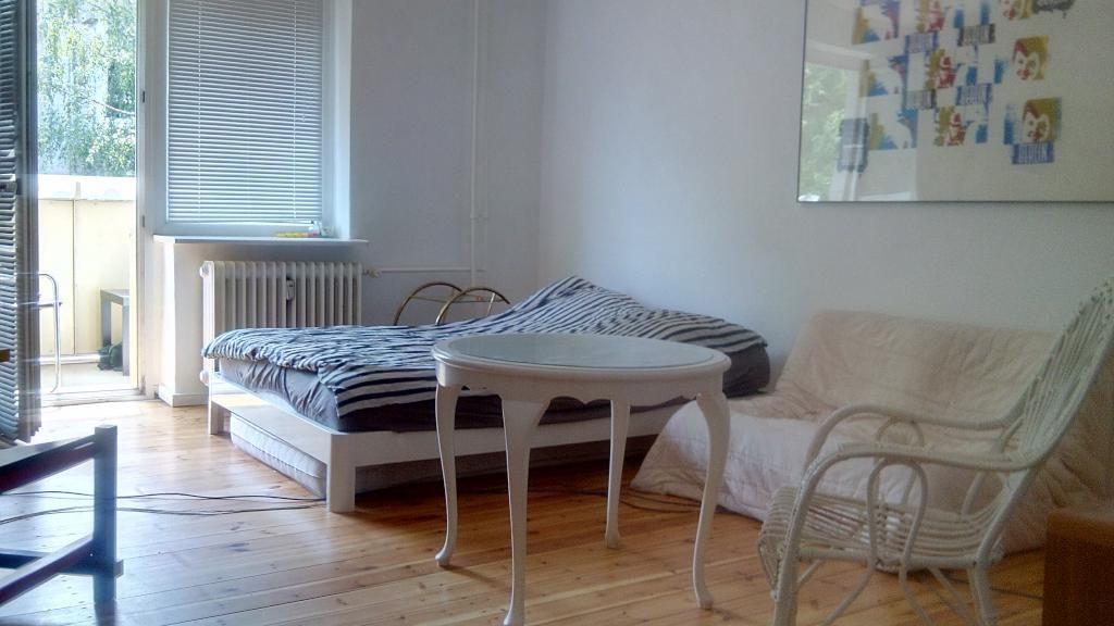 Schickes Schlafzimmer ganz im Marine-Look und mit schönen weißen Möbeln kombiniert. Durch den direkten Zugang zum Balkon wirkt der Raum noch offener und luftiger. #white #blue #schlafzimmer #ideen