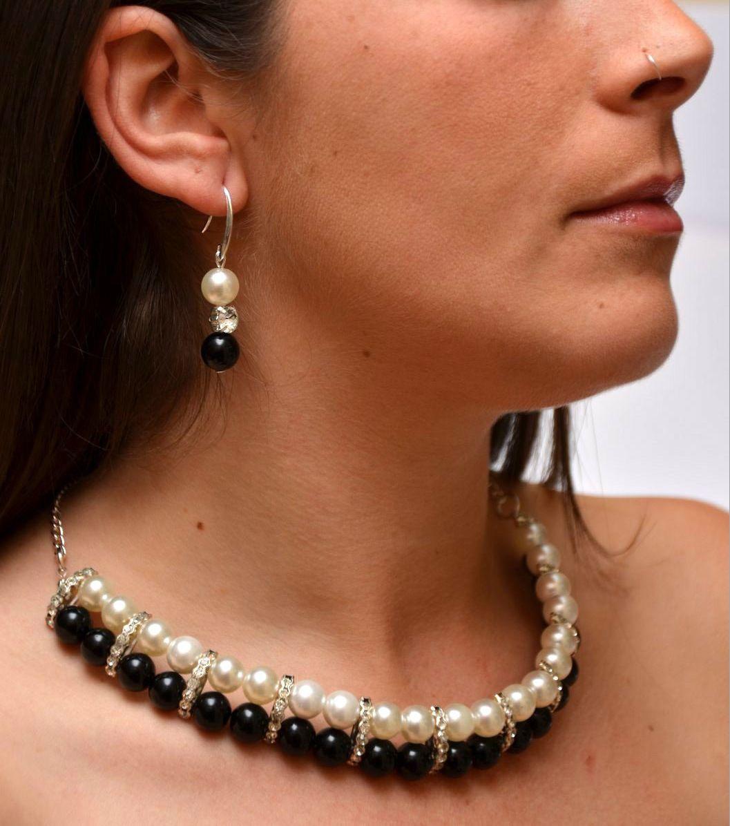 Pulsera elástica con perlas negras y blancas con entrepiezas strass