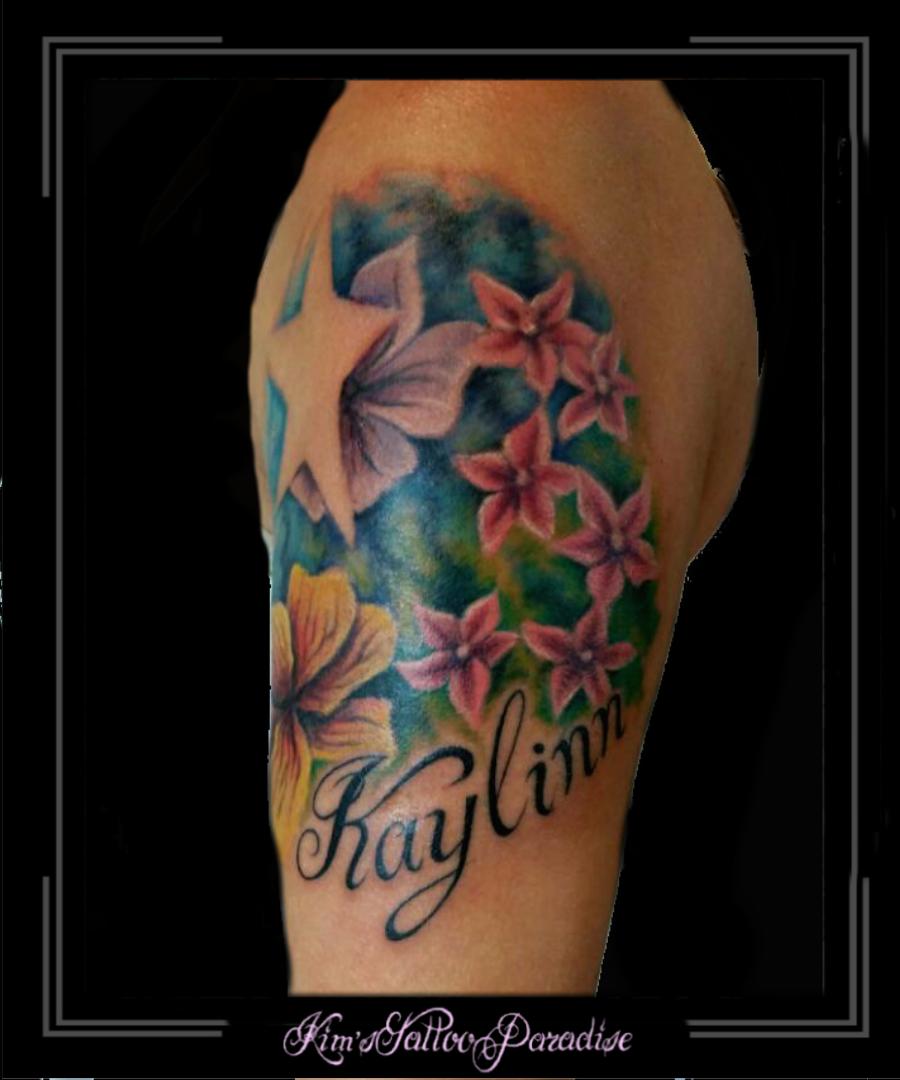 tattoo kim 39 s tattoo paradise bloemen ster en naam bovenarm tattoo moeder kind pinterest. Black Bedroom Furniture Sets. Home Design Ideas
