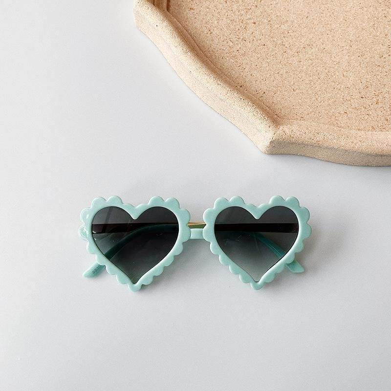 Our heart shaped Mia sunglasses have a scalloped edge making them the cutest summer accessory. Recommended for age 18 months+