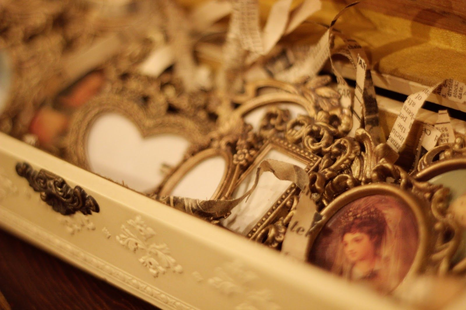 Window display ideas for jewellery  display small items in old jewelry boxes  booth  pinterest