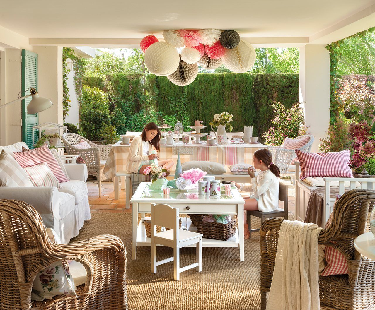 Porche terraza piscina vive el exterior estancias for Decorar porche ikea