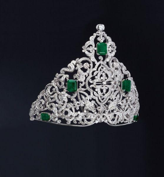 Importante coroa do final do século XX de ouro branco com 28,50ct de esmeraldas brasileiras, 27,63ct