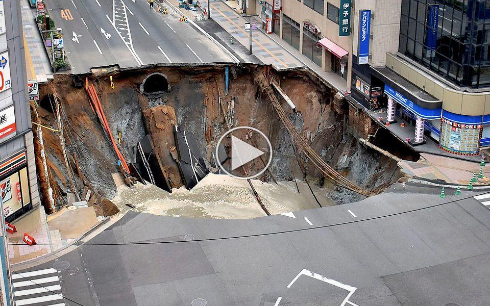 Japanere reparerer kæmpe jordfaldshul på kun 5 dage