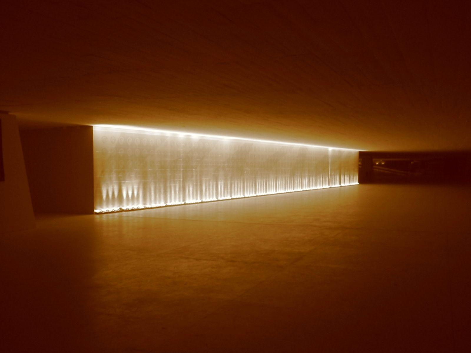 Museu_Oscar_Niemeyer,_interior_01.jpg (1600×1200)