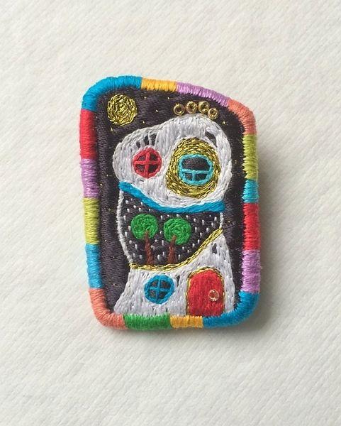 "Brooch - ""Hundertwasserhouse N3"" de Hand Stitched Jewellery by makiko sur DaWanda.com"