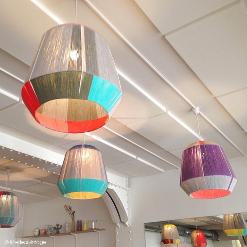 De superbes lampes aux airs retro et faites en fils de laine ! Merci pour le repérage Intérieur Vintage. #interieurvintage