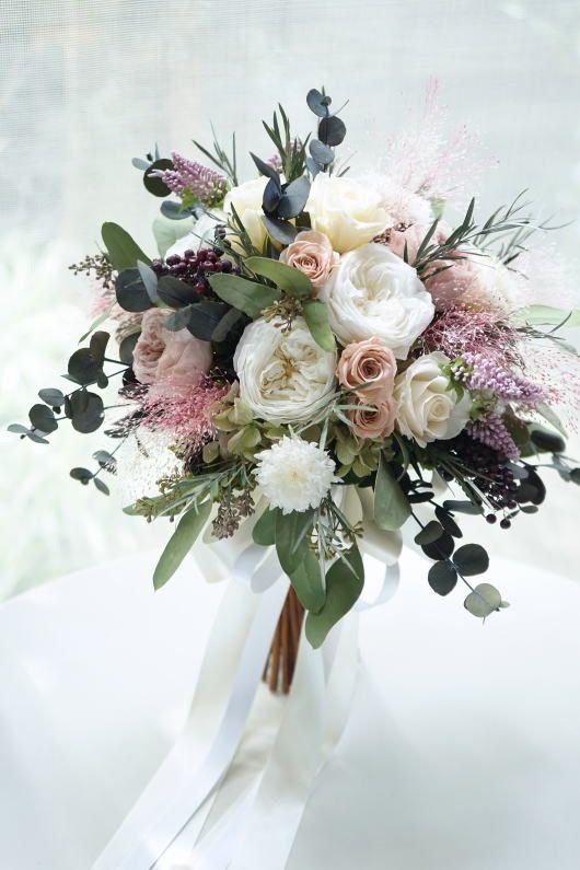 Eine Gruppe beige Rosen ordnete in der weißen Rose… an. #whitebridalbouquets