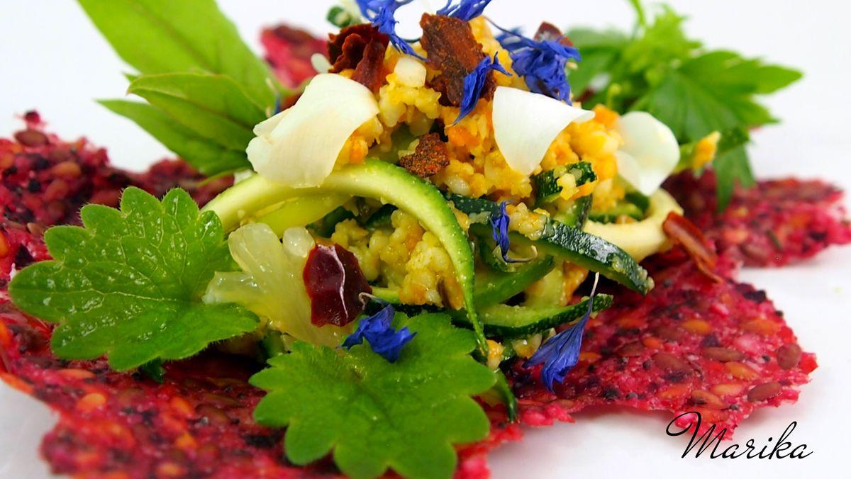 Cucina crudista: cracker di semi e ortaggi con sfilaccetti di zucchine al pesto piccante di carote e noci