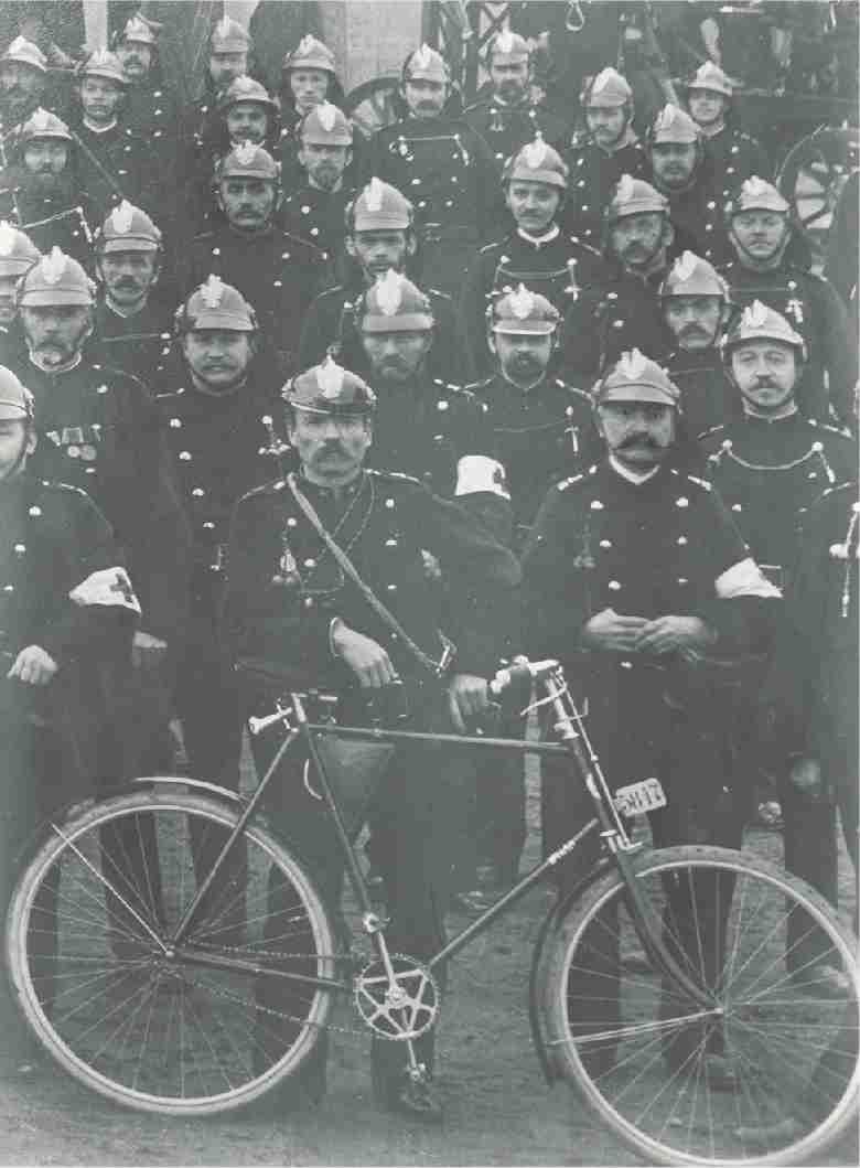 Fahrrad der Fa. Pluto (Wölfel & Kropf 1904-1924)  Aus dem Jahr 1898 stammte die ersten Vorschriften für das Führen von Fahrrädern. Jeder Feuerwehrmann musste eine Erlaubniskarte besitzen und ab 1900 benötigte jedes Fahrrad in Nürnberg eine Kennzeichnung
