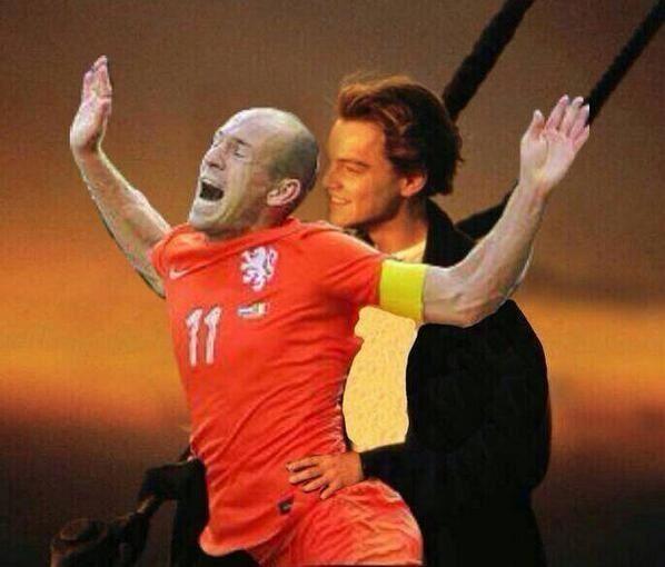 Śmieszny obrazek Arjena Robbena • Piłkarz Bayernu Monchium trzymany od tyłu prze Di Caprio • Arjen Robben w tytanicu • Wejdź i zobacz >>