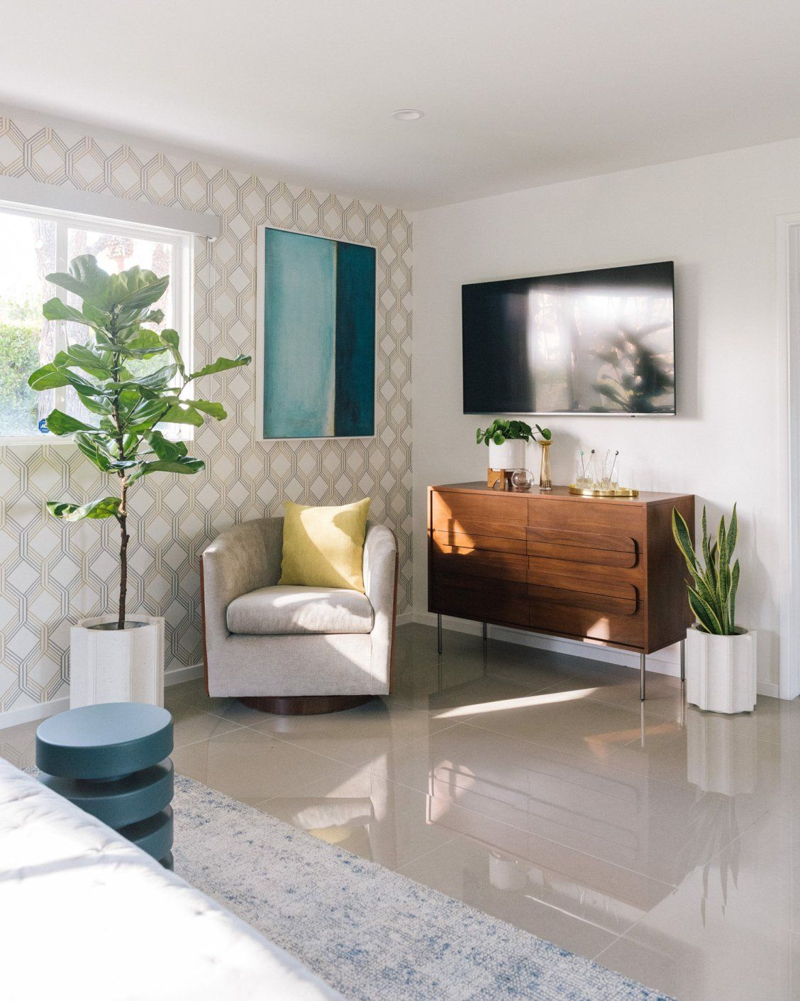 Living The Modern Life In Palm Springs Front Main Living Room Inspo Family Living Rooms Palm Springs Interior Design #palm #springs #living #room