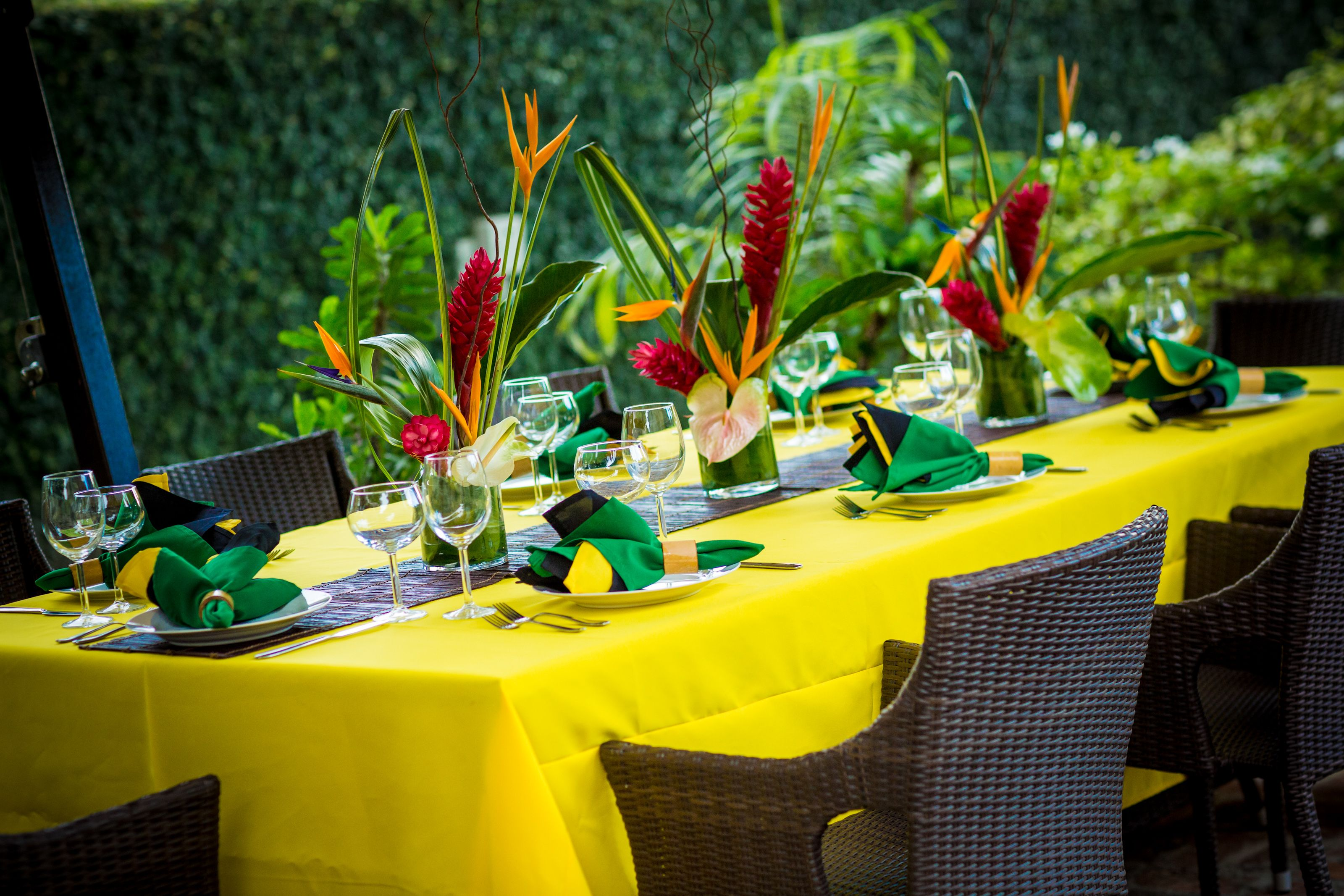 Tropical table setting jamaica 50 celebration lunch for Caribbean decor