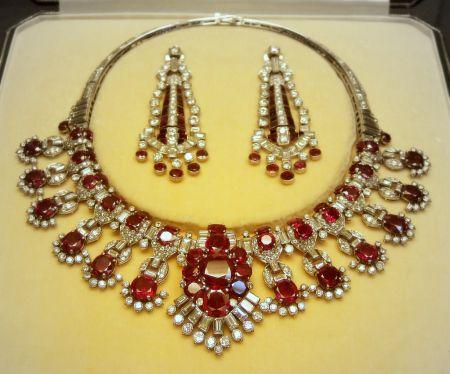 CARTIER Setul din imagine (platină, rubine birmane fine, diamante) se află în colecţiile British Museum, Londra. Creaţie de excepţie Cartier, Londra. Piesa centrală a colierului poate fi detaşată şi utilizată ca broşă