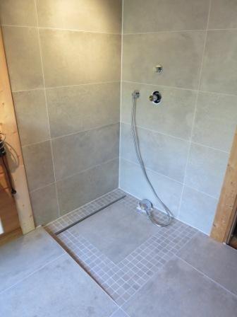 wenig fugen in der dusche werder badezimmer gro e fliesen und betonoptik. Black Bedroom Furniture Sets. Home Design Ideas