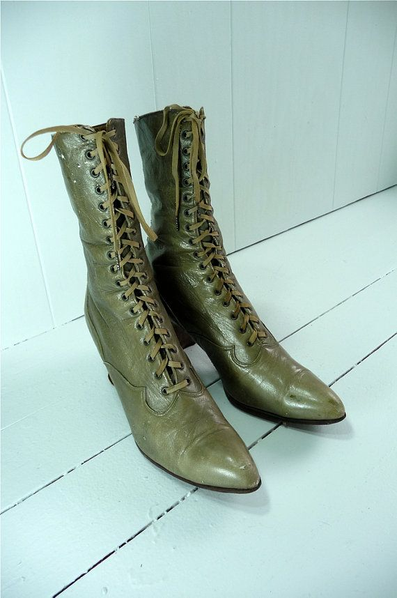 fabulous vintage boots spotted on Etsy.