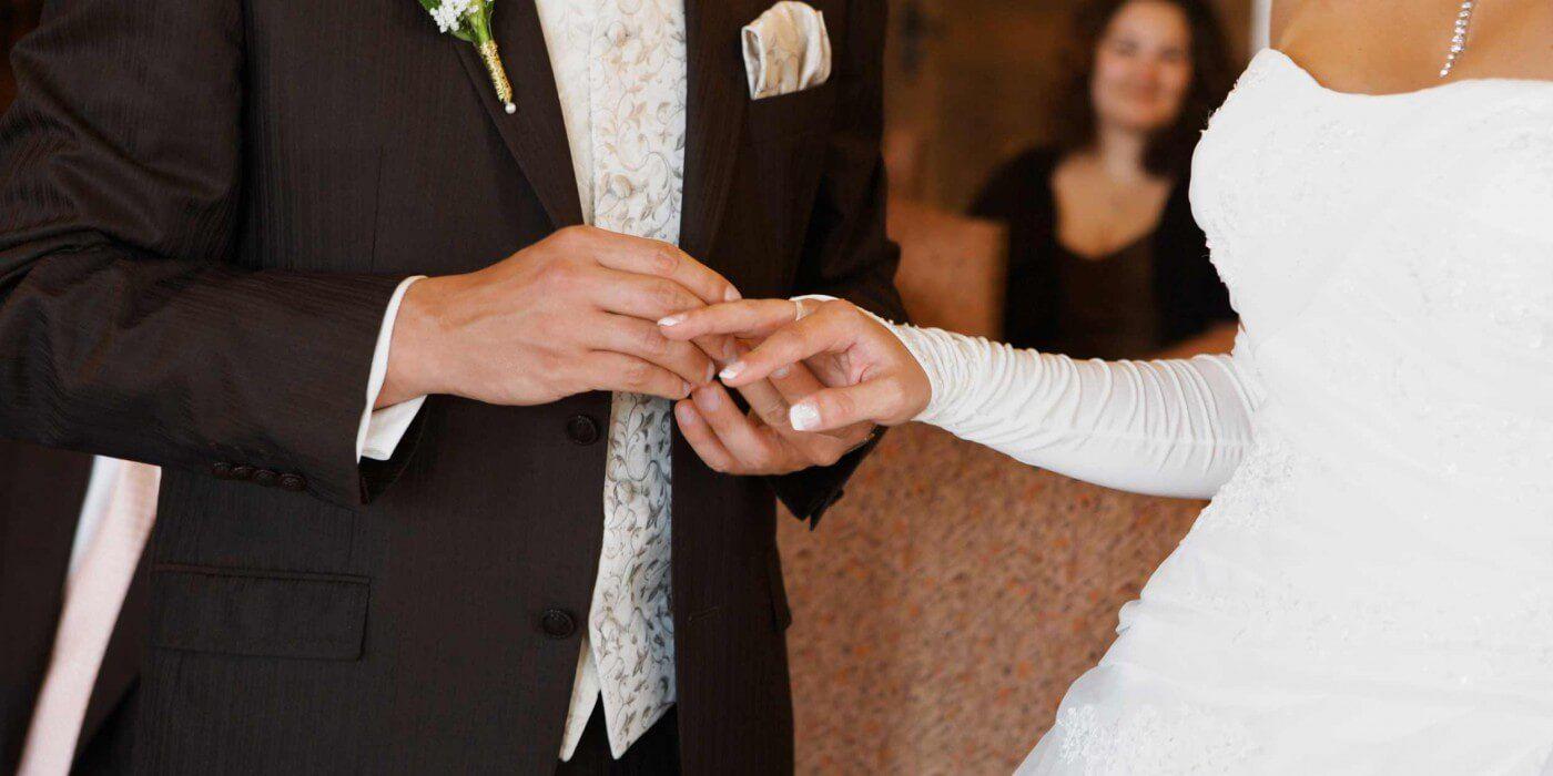 Die Besten Kirchenlieder Fur Einzug Ringtausch Und Auszug Im Uberblick Kirchenlieder Hochzeit Lieder Hochzeit Kirche Hochzeitslieder