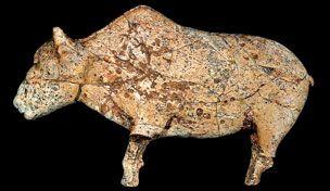 Bison esculpido en marfil de mamut. Encontrado en Zaraysk, Rusia, cerca de 20.000 años. Zaraysk Museo de Arte e Historia. Vista lateral.