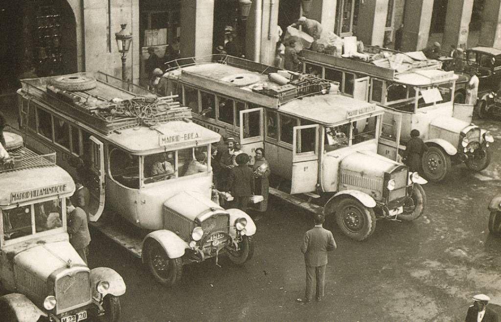 autobuses en la plaza mayor de madrid 1 de enero de 1932 madrid antiguo pinterest madrid. Black Bedroom Furniture Sets. Home Design Ideas