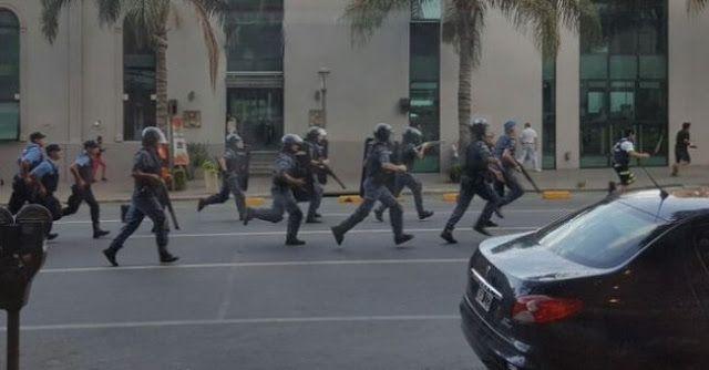 #REPRESIONENCORDOBA: BALAS DE GOMA Y DETENIDOS POR PEDIR ALIMENTOS. AMBIENTE CALDEADO   LA POLICIA PROVINCIAL CARGA CONTRA LOS MANIFESTANTES DE ORGANIZACIONES SOCIALES EN EL CENTRO DE LA CAPITAL CORDOBESA.Denuncian represión por parte del gobierno de CórdobaLa organización social se encontraba marchando hacía el Faro del Bicentenario para hacerle entrega de un petitorio al gobernador Juan Schiaretti cuando fueron reprimidos por la policía.  Así se reprimió hoy en Córdoba a quienes pedían…