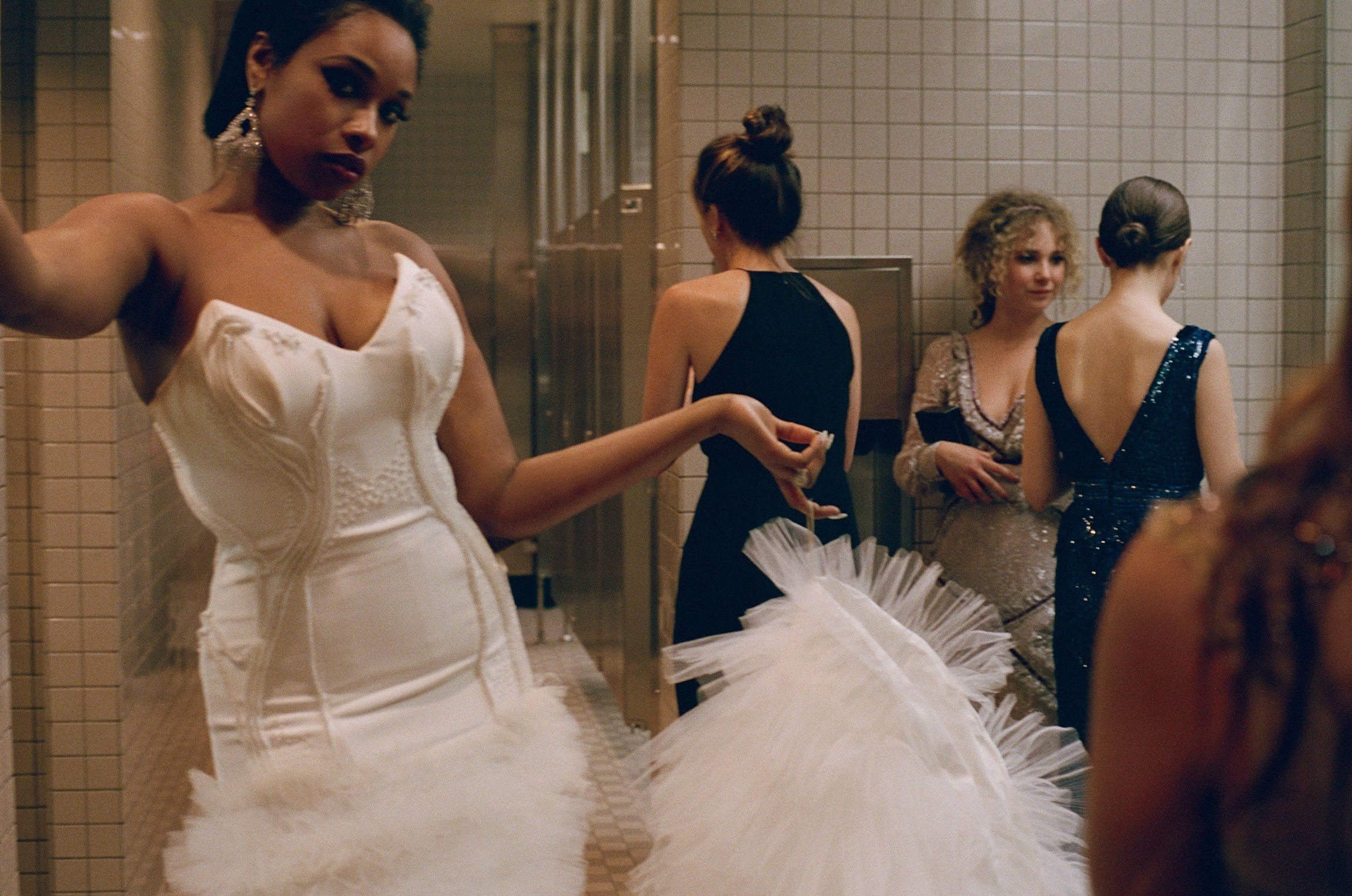 Photos of girl without any cloth in bathroom - Cass Bird Photographs The Ladies Bathroom At The Met Gala 2016