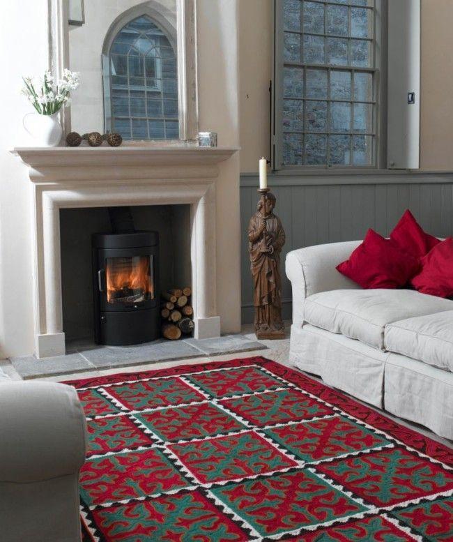 stilvoll eingerichtetes Wohnzimmer Kamin Holzstatue Kerze weiße - deko fur wohnzimmer