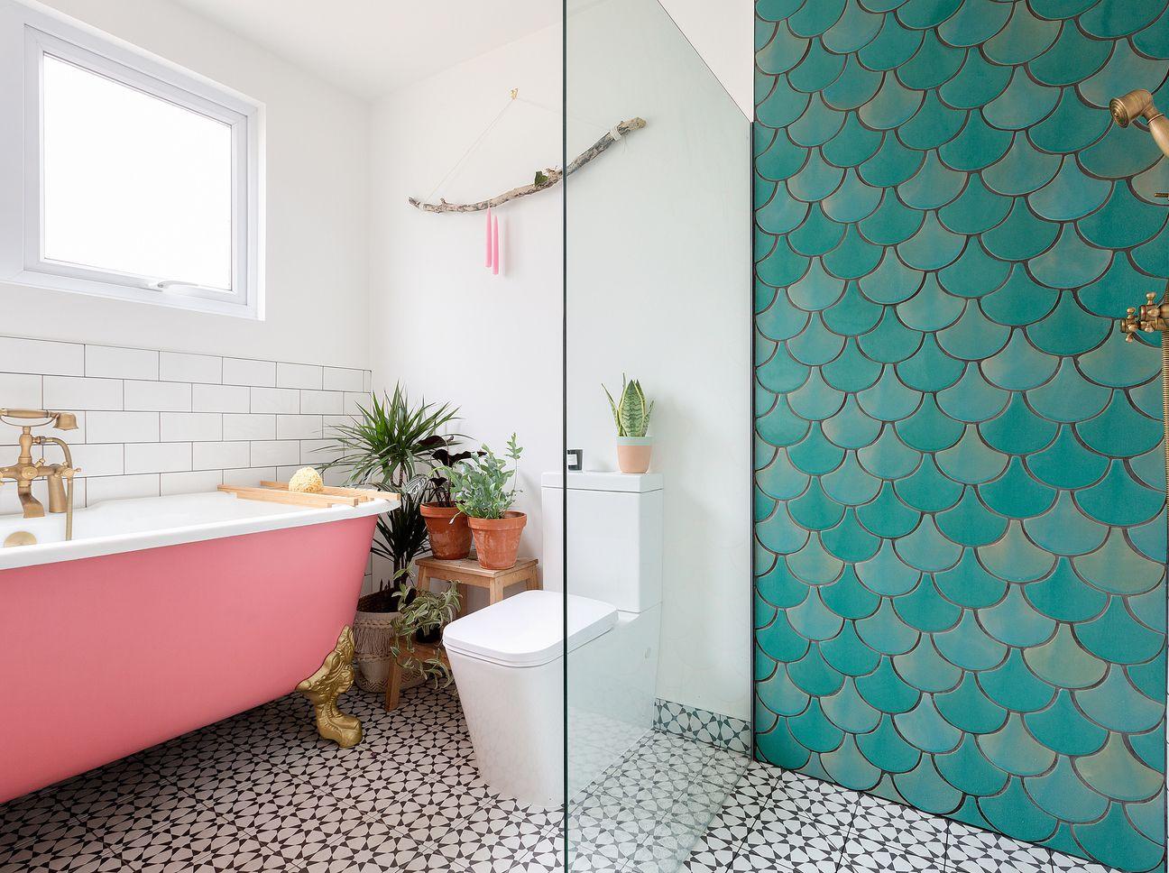 Fliesen Im Badezimmer Schuppenfliesen Sind Jetzt Trend Badezimmer Innenausstattung Zeitgenossische Badezimmer Rosa Badewanne