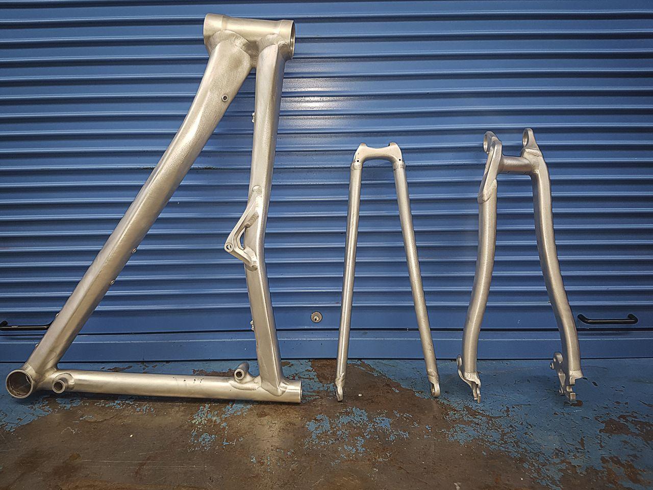 Cannondale Rz1 Trabajo De Personalización A La Carta Decapado Y Preparación Del Cuadro Pintura Pintura Bicicletas Di Disenos De Unas Artesanal Reparación