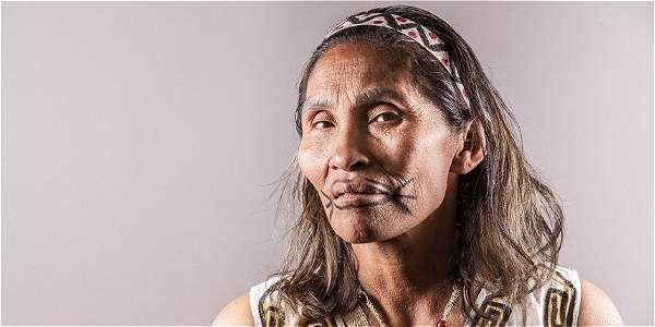 Paola Attama, indigena de ascendencia okaina y uitoto, pueblos de la amazonía colombiana.