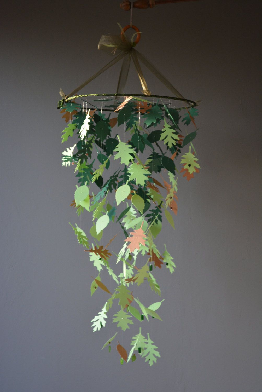 Nature inspired paper leaves mobile in light brown and green shades - Natural themed nursery, baby room mobile, baby gift or baby mobile door SierGoed op Etsy