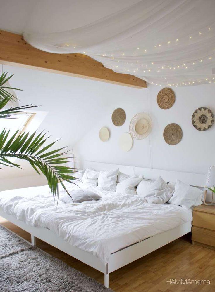 Séjour scandinave avec un mur ethnique boho dans la chambre avec un toit. – Les plus belles idées de mobilier