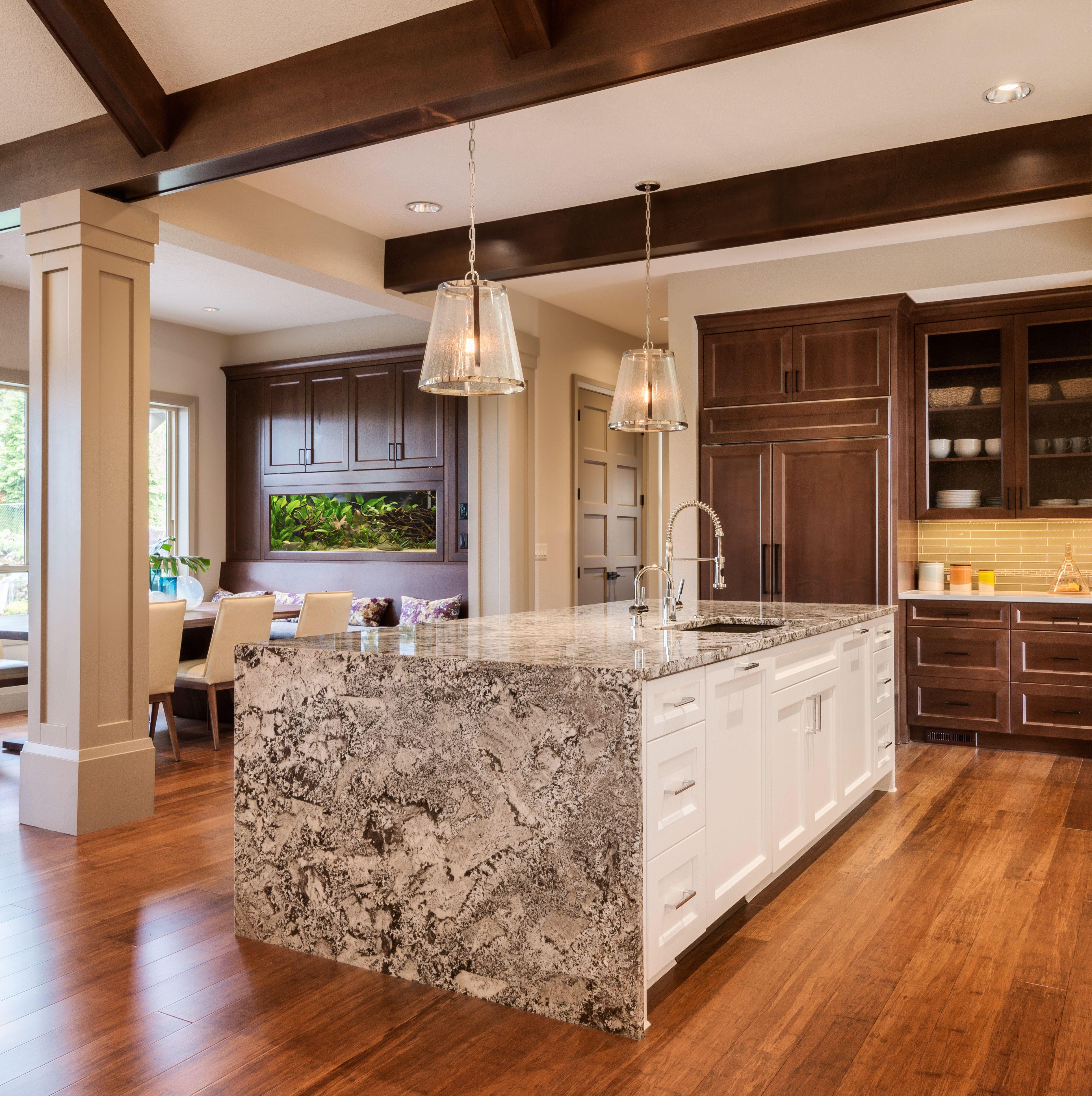 Piekna Drewniana Otwarta Kuchnia Z Jadalnia Szafki Kuchenne W Kolorze Ciemnego Brazu Obecna Wyspa K Clean Quartz Countertops Kitchen Design Granite Kitchen
