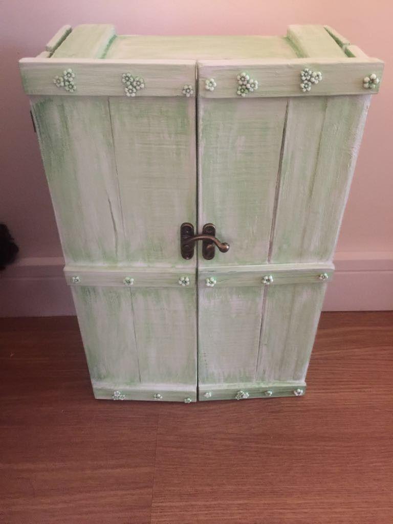 Casinha de bonecas feita no caixote de uva, com portas para que a menina possa carregar.