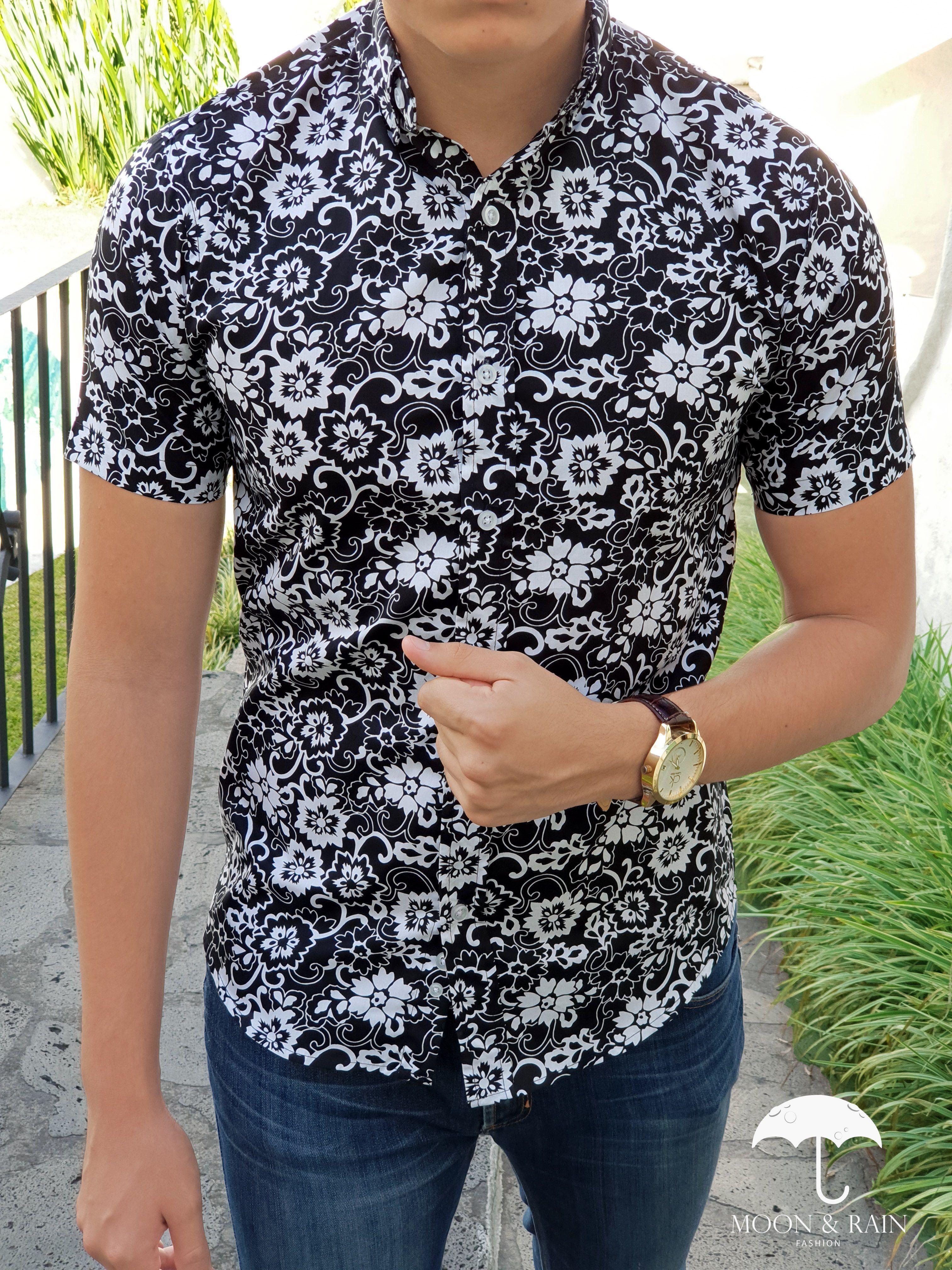 32811d70da9af Outfit para hombre  camisa negra con flores blancas en manga corta y jeans  de mezclilla
