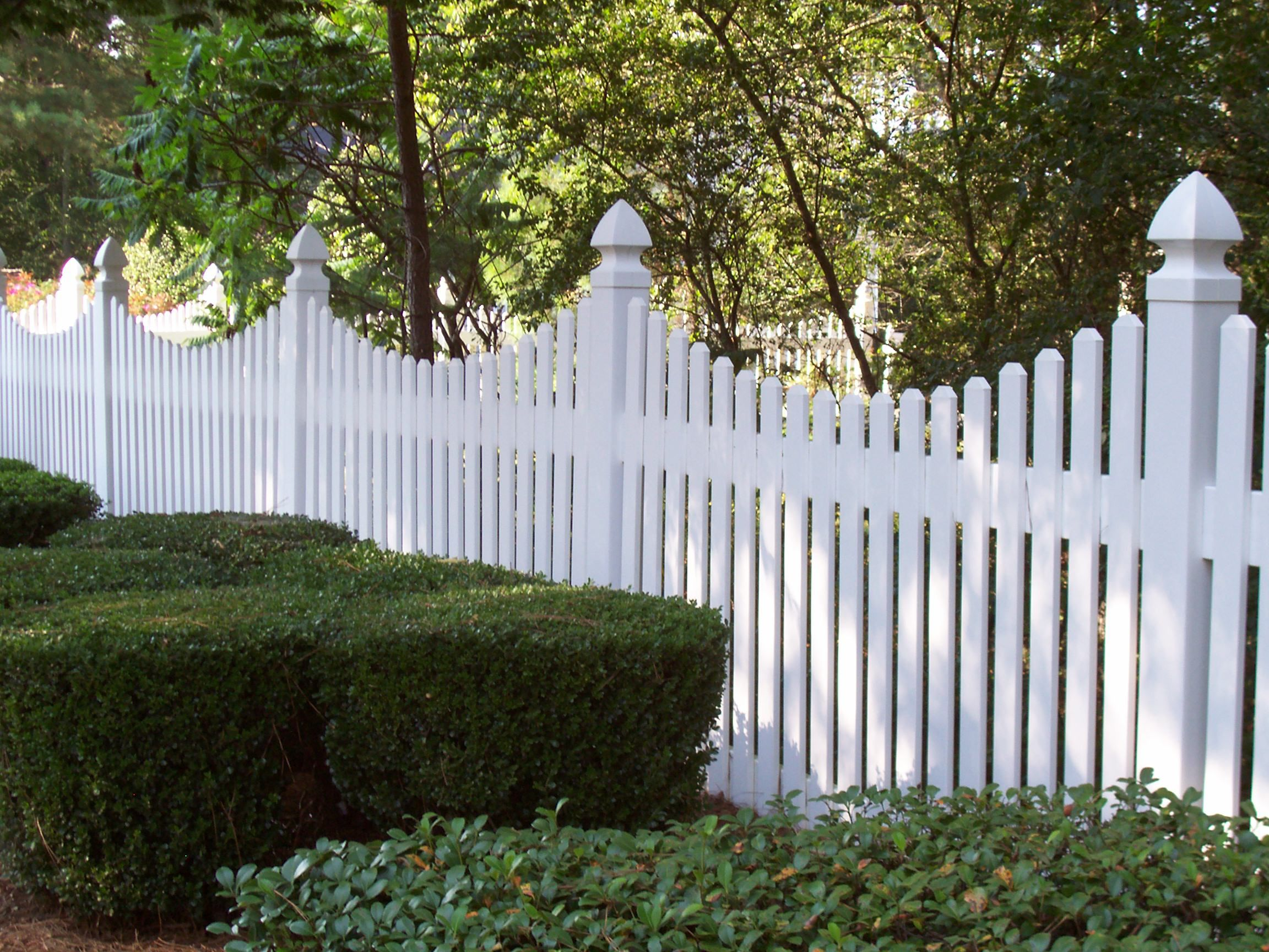 monroe saddle cut vinyl picket fence by mossy oak fence