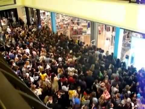 Black Friday 2014 Urban Outfitters Massive Crowd Fight 11/28/2014