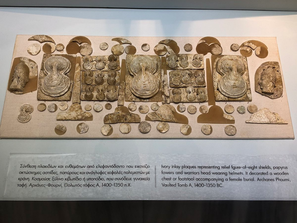 These Ivory Inlay Decorations Of Figure Of 8 Shields Decorating A Female Burial From Archanes Phourni C 1400 1350bc Greek Myths Greek Shield Roman Statue