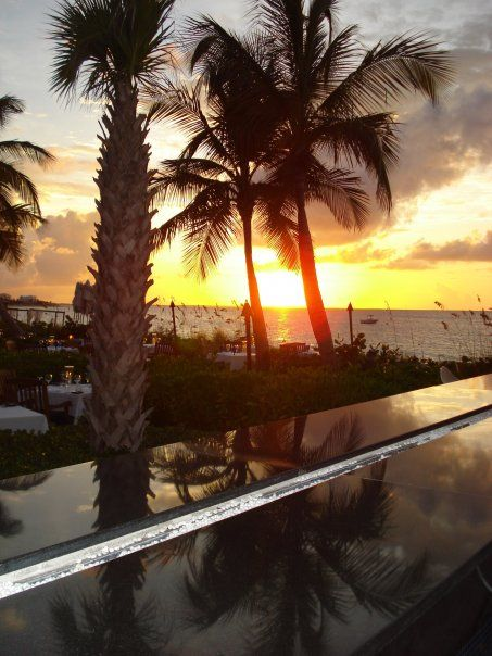 Infiniti Bar, Grace Bay Resort Turks and Caicos AlizaGerritt©2009                                     https://gracebayresorts.com/gracebayclub/dining/infiniti-bar