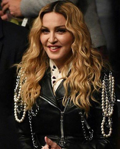Madonna en el Madison Square Garden para un combate de boxeo en compañía de Zac Efron y hugh jackman anoche