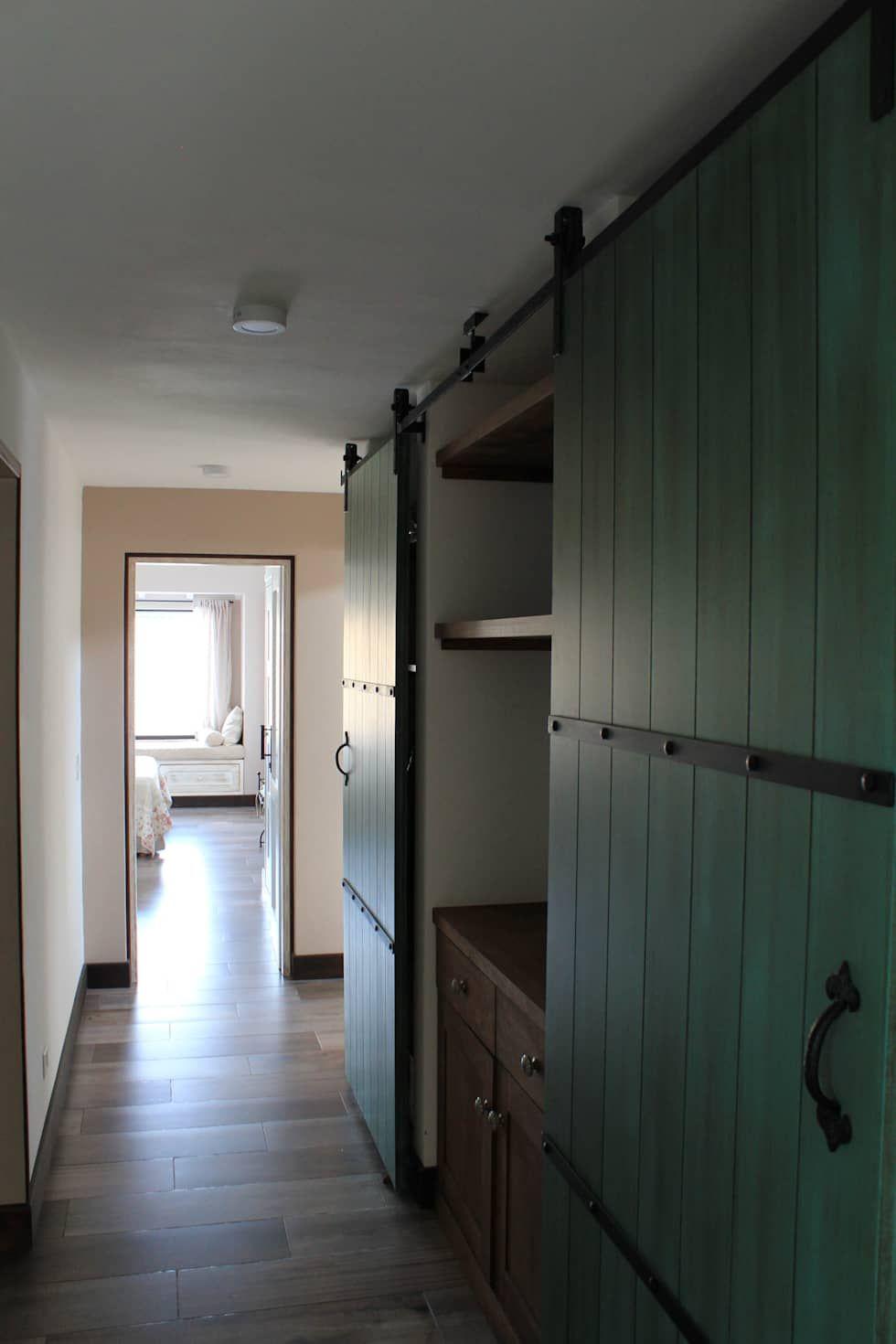 pasillo: Pasillos, vestíbulos y escaleras de estilo  por Knudsen Taddeo Arquitectura