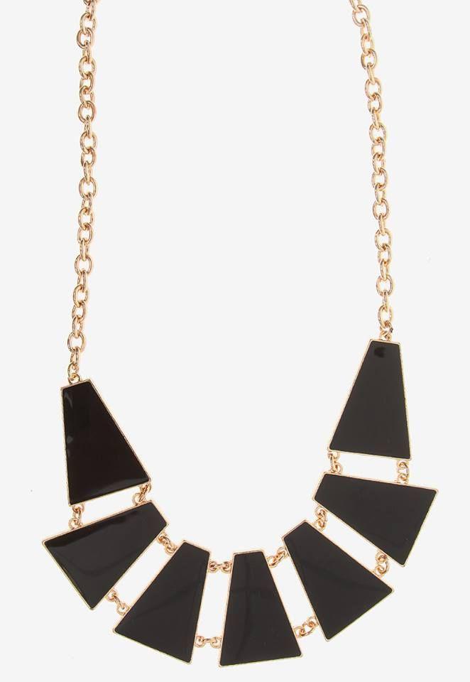 El negro nunca pasa de moda y #JenniferLawrence lo sabe. Utiliza este collar de #AnnaFlynn en cualquier ocasión, ya sea formal o casual. http://bit.ly/1l6rRNz