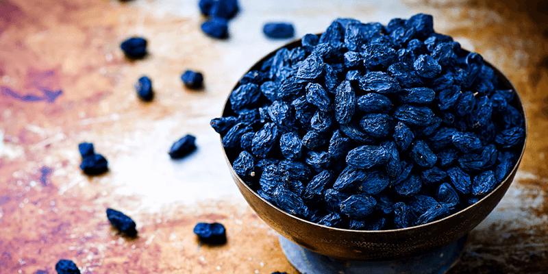 فوائد أكل الزبيب على الريق حالات تجنب أكل الزبيب يحتوي الزبيب على أكثر من 5 عناصر غذائية هامة وتشمل فيتامين سي الكالسيوم المغنسيوم الكال Raisin Food Dried