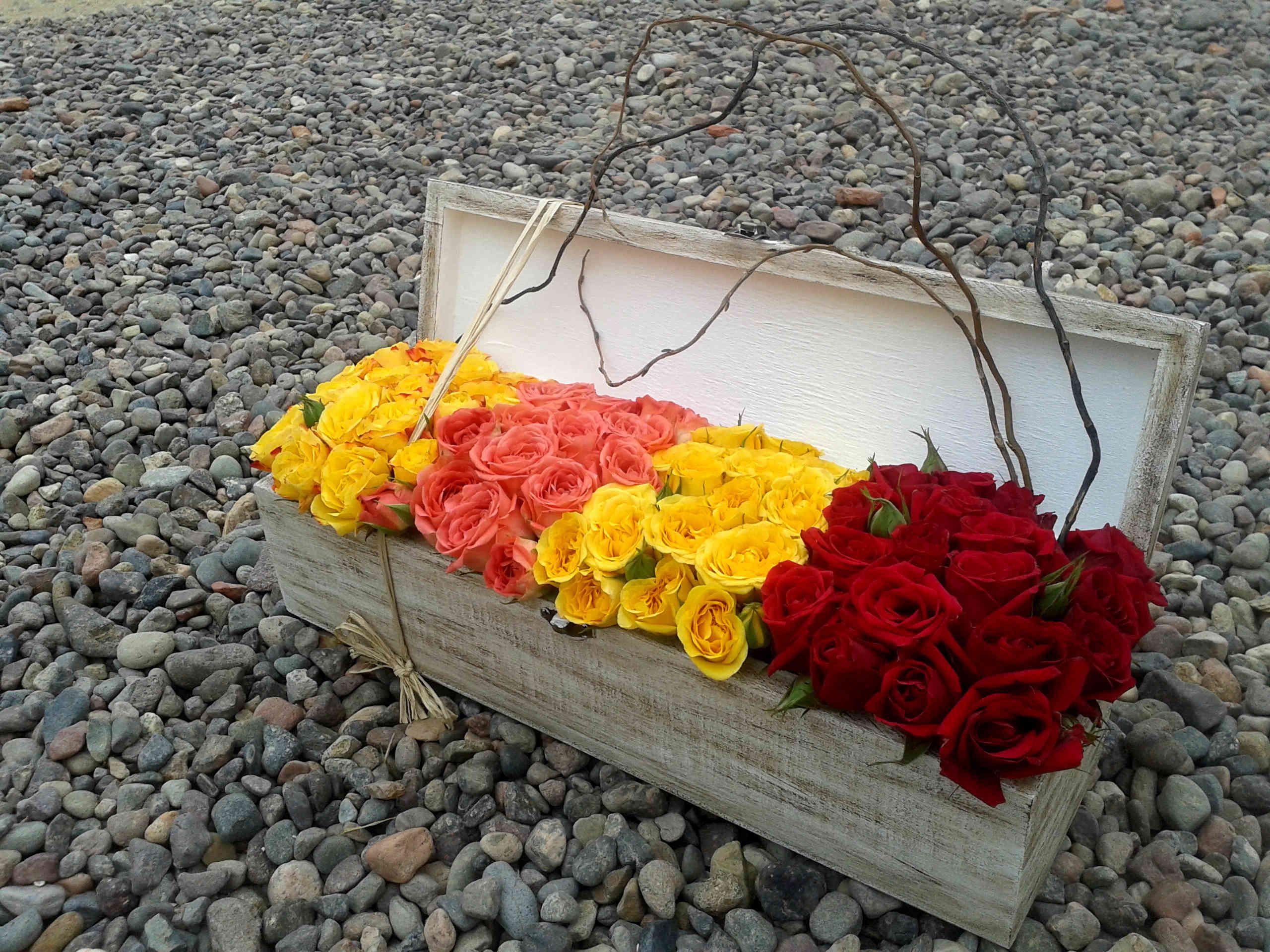 Diseño floral de minirosas en caja de madera.