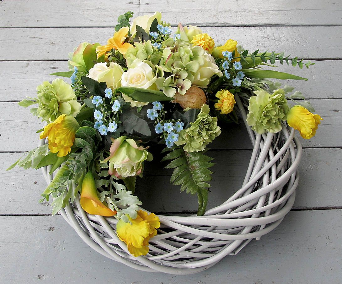 Pin By Emanuela Giordani On Wiosenne Dekoracje Na Cmentarz Cottage Wreath Wreaths Flower Decorations