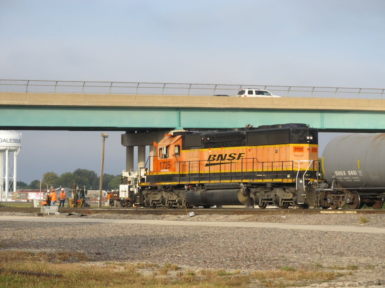 Bnsf 1725 on a switch job passing bnsf employees nearby